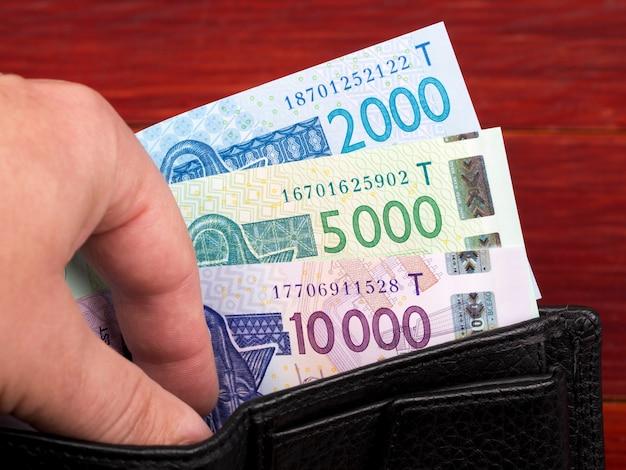 Pieniądze państw afryki zachodniej frank w czarnym portfelu
