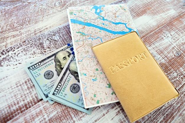 Pieniądze, paszport i mapa dla podróży pojęcia, odgórny widok
