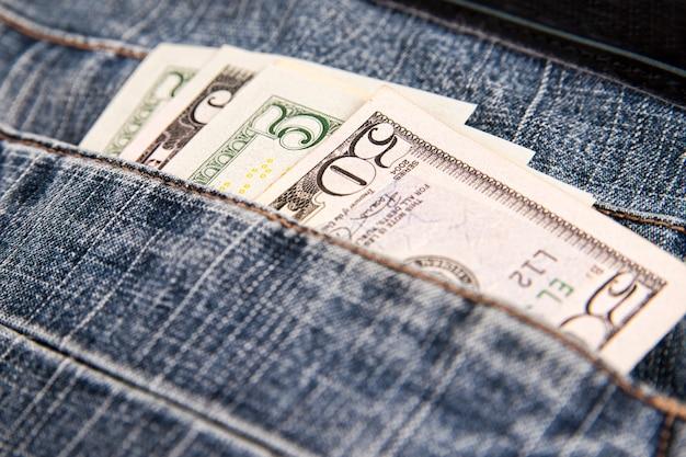Pieniądze w kieszeni dżinsów. dolary