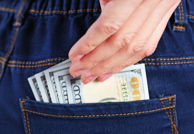 Pieniądze w kieszeni dżinsów, z bliska