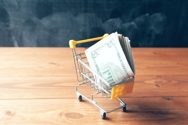 Pieniądze w małym wózku