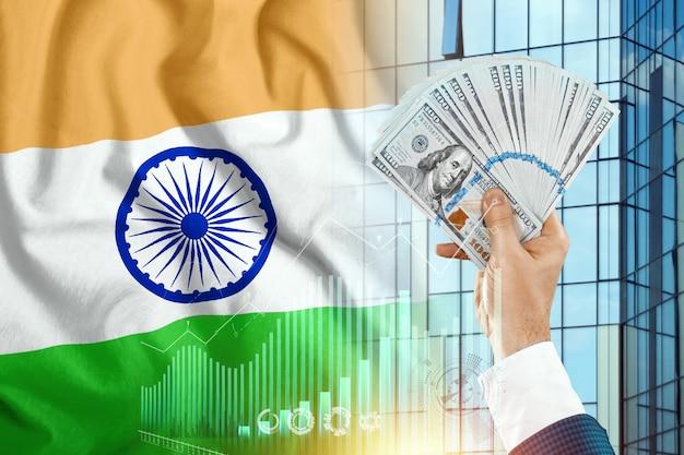 Pieniądze w ręce mans na tle flagi indii