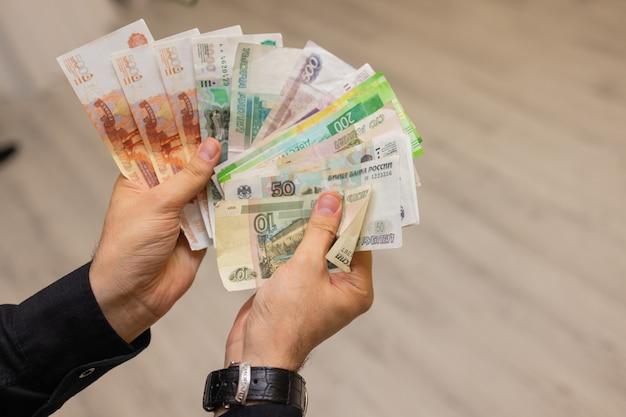Pieniądze w ręku osoba przelicza pieniądze rubli rosyjskich