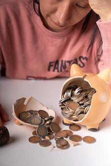 Pieniądze wyjęte przez rozbicie skarbonki