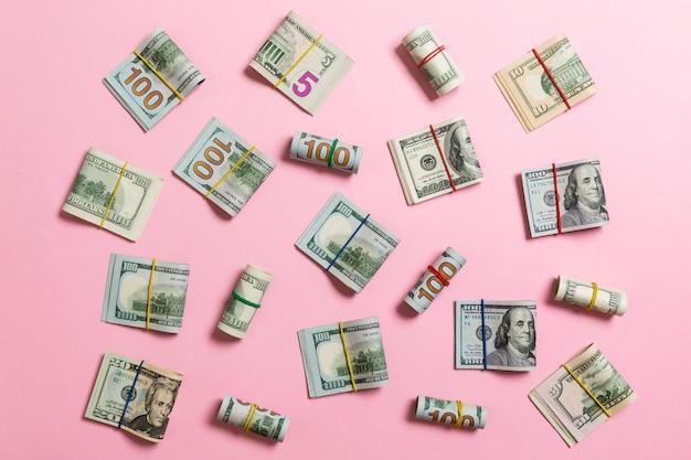 Pieniądze z amerykanina sto dolarowymi rachunkami na odgórnym wiev z copyspace w biznesie