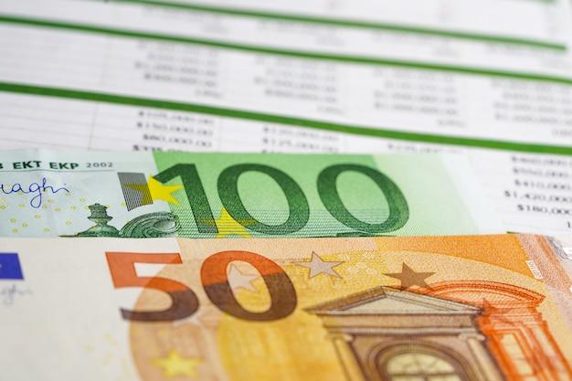 Pieniądze z banknotów euro na arkuszu kalkulacyjnym.