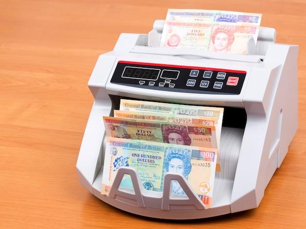 Pieniądze z belize w maszynie liczącej