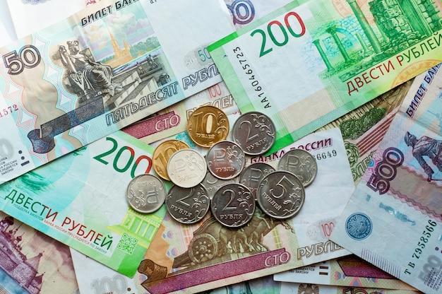 Pieniądze z rosji banknoty i monety o różnych nominałach koncepcji finansowania
