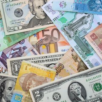 Pieniądze z różnych krajów: dolary, euro, hrywna, ruble