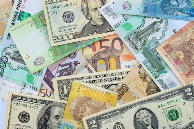 Pieniądze z różnych krajów: dolary, euro, hrywny, ruble