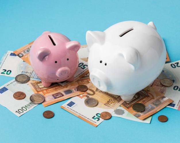 Pieniądze z układem skarbonek