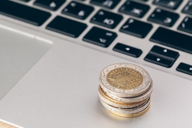 Pieniężny pojęcie, zamyka w górę widoku pieniądze na biznesowym tle