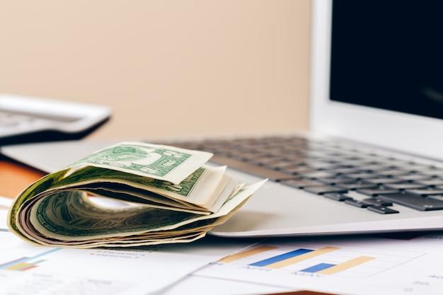 Pieniężny, zamyka w górę widoku pieniądze na biznesie
