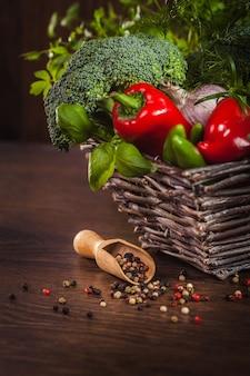 Pieprz na drewnie z warzywami w koszu