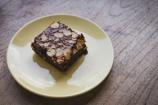 Piernik czekoladowy w talerz na drewnianym stole.