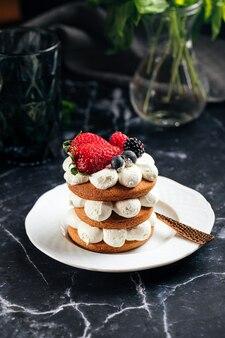 Piernik na talerzu obok filiżanki kawy