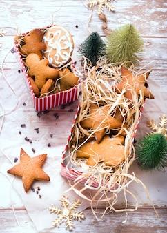 Piernik w kształcie gwiazdy i imbir. domowe ciasteczka. śniadanie w stylu rustykalnym.