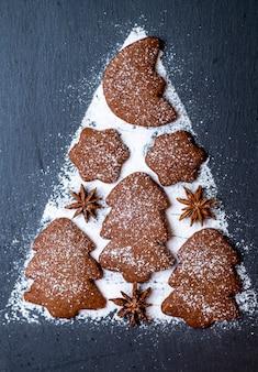 Pierniki i cukier puder na ardezji w kształcie choinki