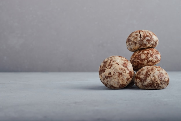 Pierniki kakaowe na białym tle na szarym tle.
