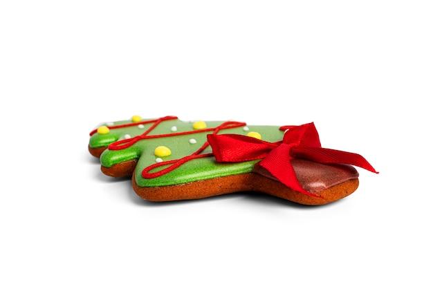 Pierniki na białym tle na białym tle. ciasteczka cristmas na białym tle. zdjęcie wysokiej jakości