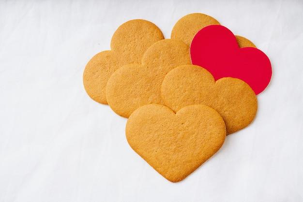 Pierniki z czerwoną kartką w kształcie serca. skopiuj miejsce.