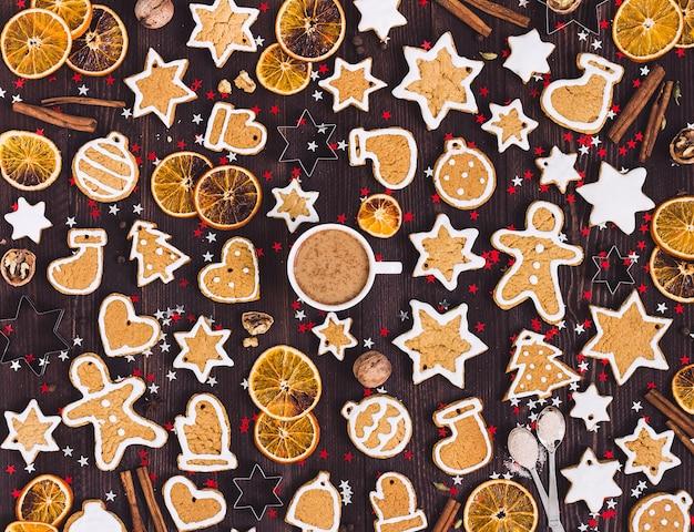 Piernikowe ciasteczka filiżanka kawy boże narodzenie napój nowy rok pomarańcze cynamon
