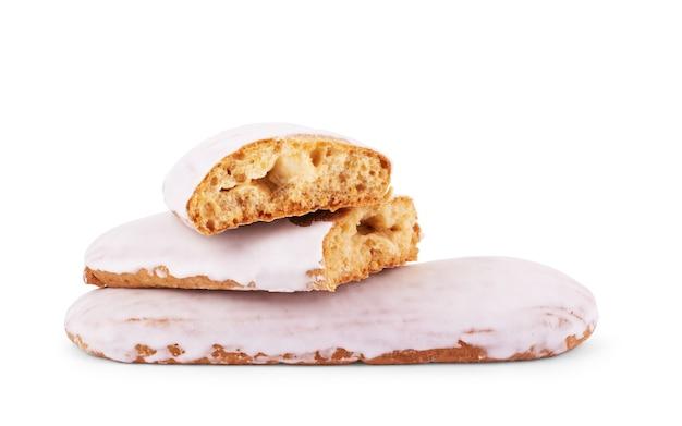 Piernikowe ciasteczko w kształcie etykiety na białym tle. widok z góry