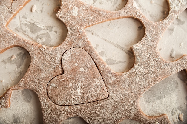 Piernikowe ciasto 14 lutego, mąka, wałek do ciasta i miejsce do kopiowania.