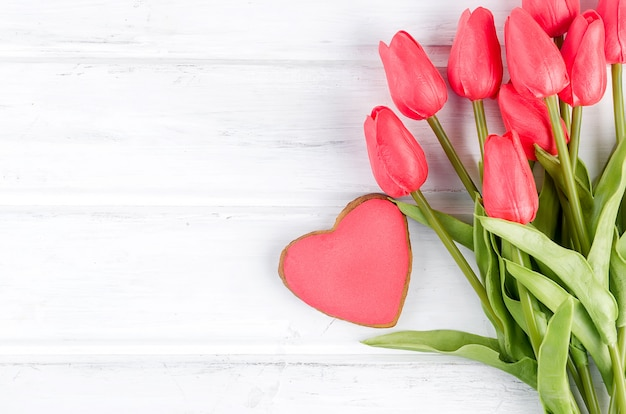 Piernikowe serce i bukiet tulipanów