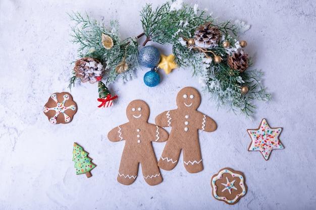 Piernikowi ludzie i postacie. tradycyjne domowe ciasteczka noworoczne i świąteczne. boże narodzenie selektywne ustawianie ostrości, zbliżenie.