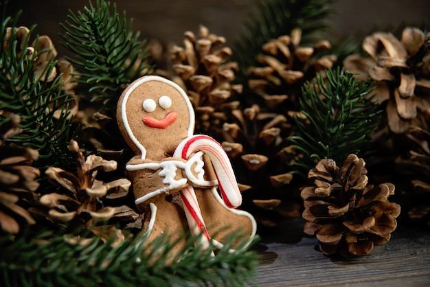 Piernikowi mężczyzna kłaść na drewnianym tle. kompozycja świąteczna lub noworoczna.