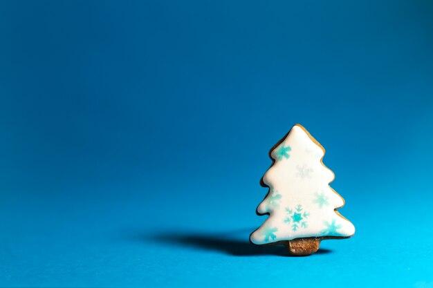 Piernikowy ciastko biała choinka na błękicie