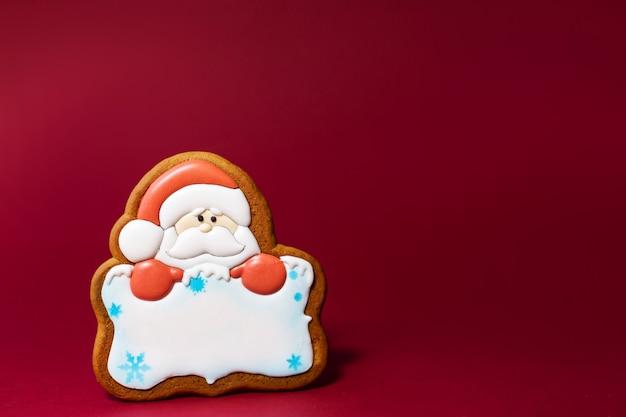 Piernikowy ciastko santa portret z na czerwieni