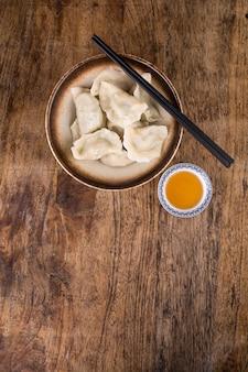 Pierogi faszerowane mięsem, ravioli, pierogi. pierogi z nadzieniem. kluski, kuchnia chińska
