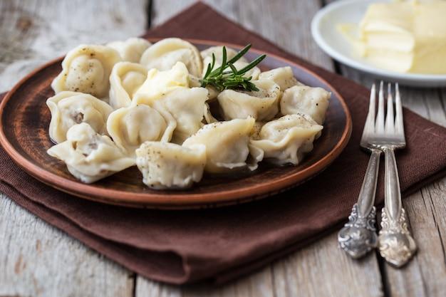Pierogi faszerowane mięsem, ravioli, pierogi. pierogi z nadzieniem. kuchnia rosyjska skopiuj miejsce