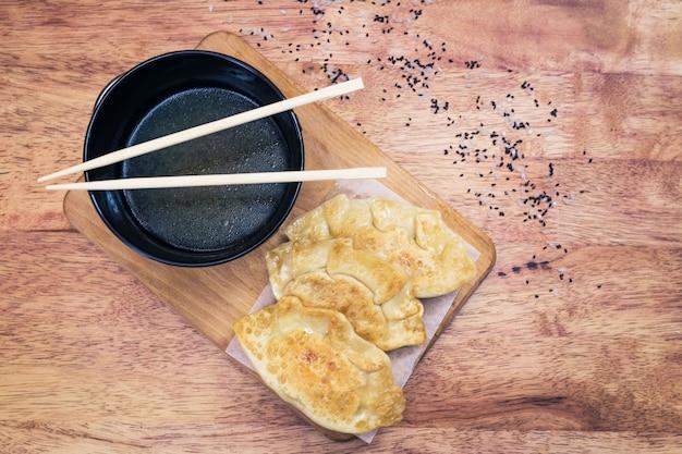Pierogi gyoza z rybą na drewnianej desce