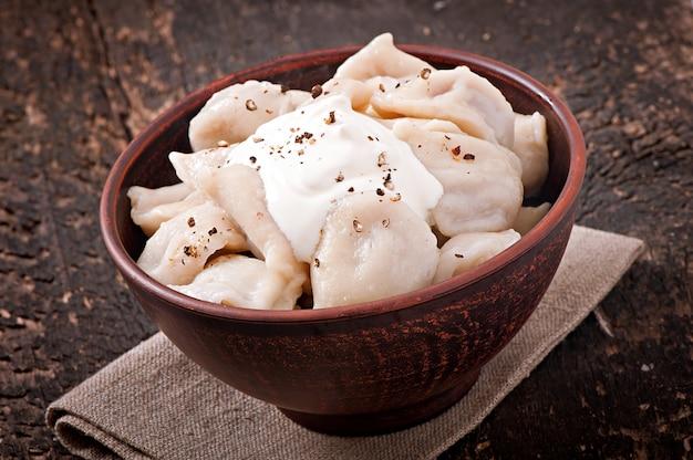 Pierogi mięsne - rosyjski gotowany pelmeni w talerzu