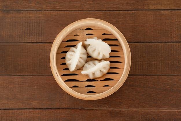 Pierogi w bambusowym parowcu