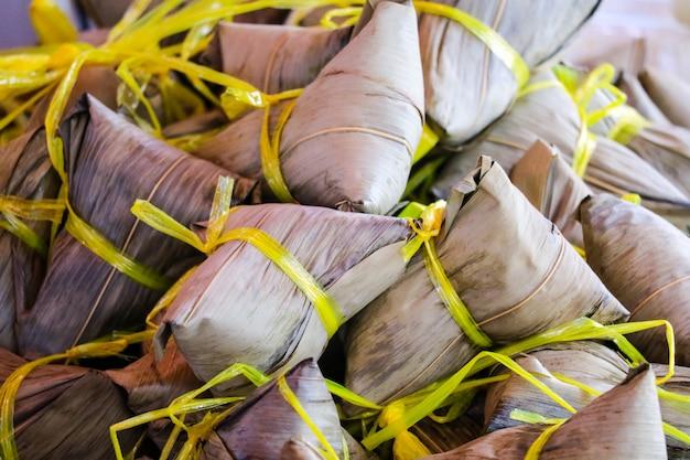 Pierogi w kształcie piramidy wykonane przez owinięcie kleistym ryżem w liście bambusa