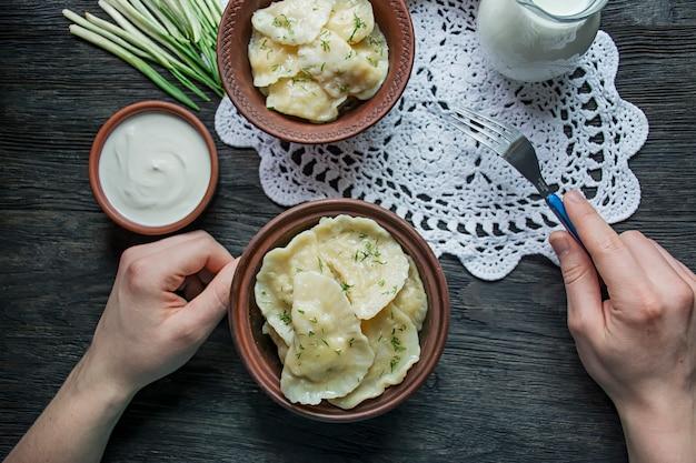 Pierogi z ziemniakami i kapustą.