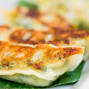 Pierogi ze szpinakiem gyoza podawane jako przystawka na talerzu w luksusowej azjatyckiej restauracji japońskie jedzenie i wegetariańska koncepcja menu