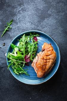 Pierś z kaczki grill mięso smażone mieszanka sałaty liście grillowany drób pieczony