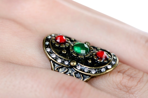 Pierścień biżuterii noszony na palcu
