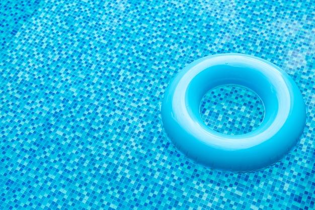Pierścień do pływania w niebieskim basenie