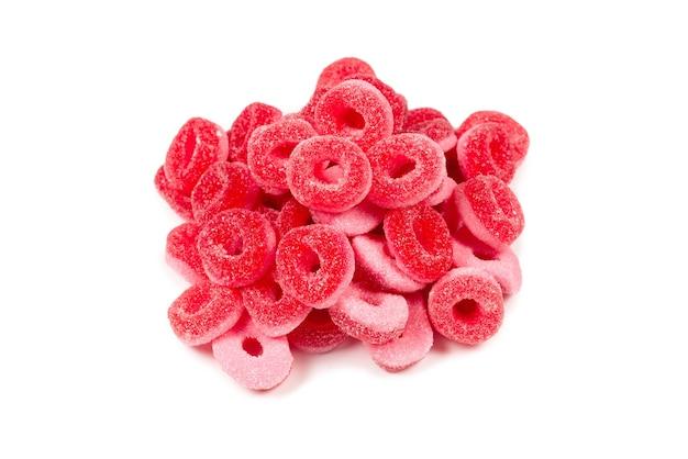 Pierścienie galaretki na białym tle. różowe pierścienie.