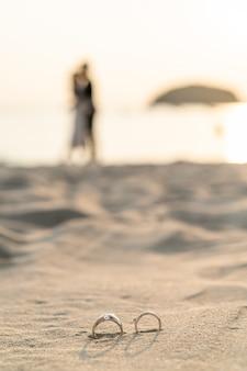 Pierścienie na plaży z panny młodej i pana młodego
