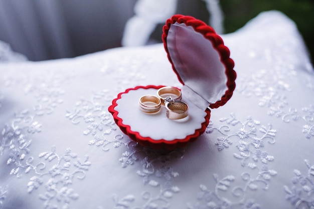 Pierścienie w pudełku w kształcie muszli