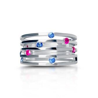 Pierścionek biżuteria na białym tle na białym tle