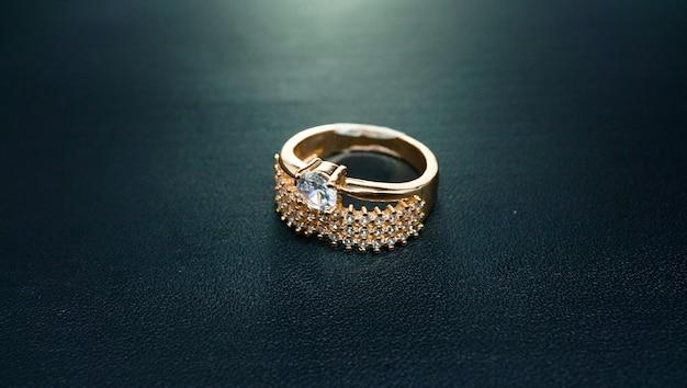 Pierścionek imprezowy z błyszczącym grawerem diamentowym