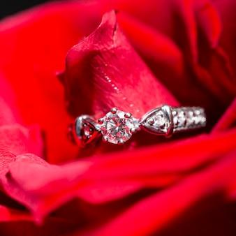 Pierścionek z białego złota z brylantami w czerwonych płatkach róż